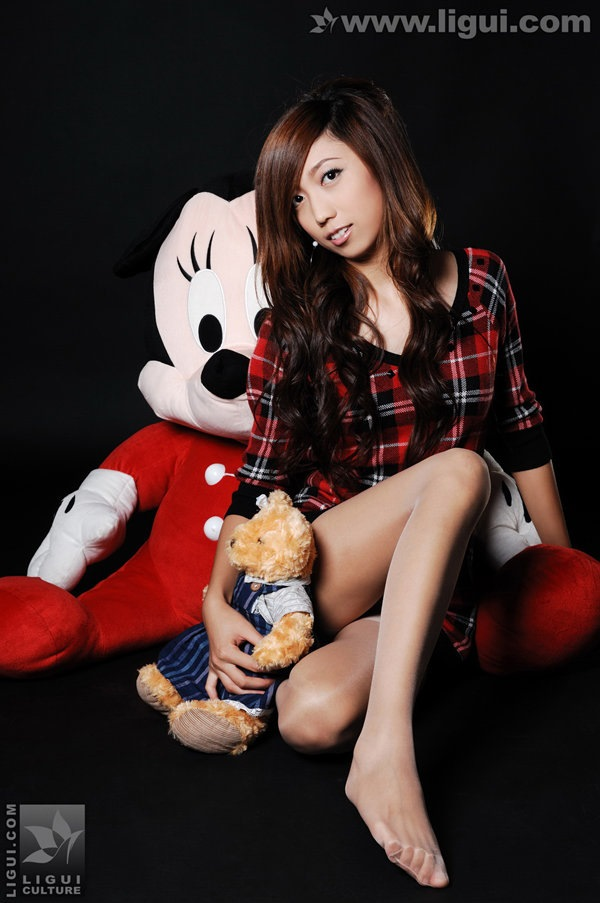[Ligui丽柜]2009.11.11 梦娜与玩偶之间的丝袜美足嬉戏 model 梦娜[25P/11.1M]